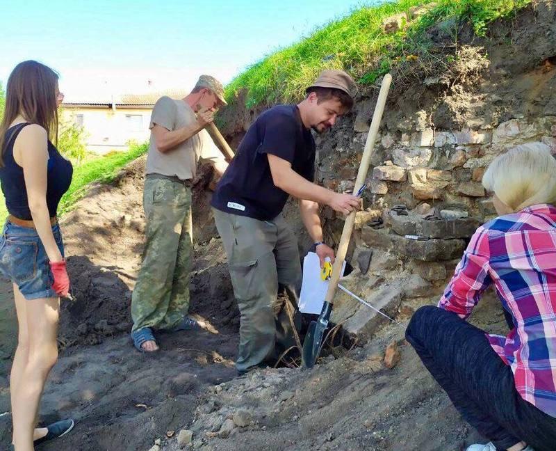 Тетяна Ярославська припускає, що споруда, яка відкрилася після зсуву ґрунту, це може бути частина в'їзної брами до Полонської фортеці, або ж залишки палацу.