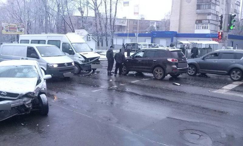 У Хмельницькому зіткнулося три автівки