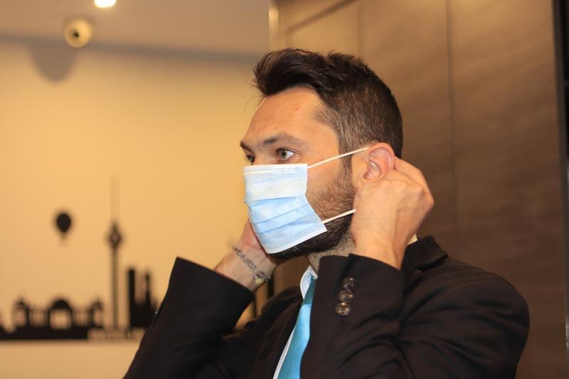 Чоловік заявив, що на ньому була прозора маска, яку не бачать інші люди