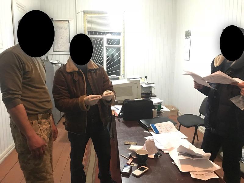 Правоохоронці викрили працівника військового комісаріату
