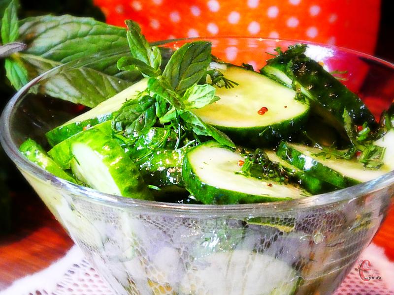Цікава заправка перетворює буденний і простий салат на вишукану закуску.