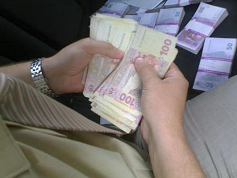 Охоронець обманув безробітного чоловіка і виманив у нього гроші