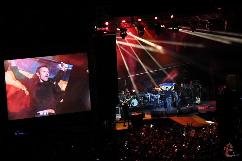 З прапорам у руках лідер Океану Ельзи Святослав Вакарчук виконав пісню Стіна
