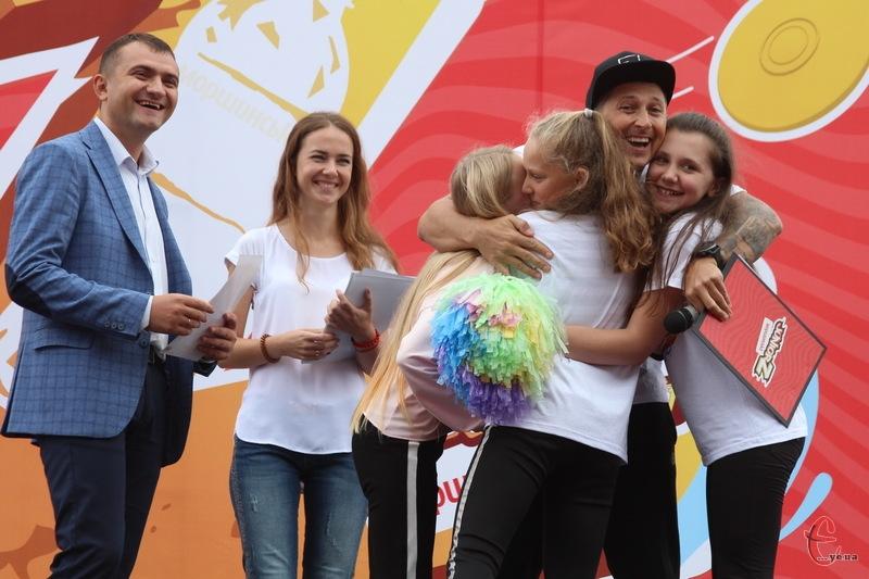 Олександру Педану довелося одночасно обнімати одразу декількох учениць, які виходили на сцену забрати сертифікат для своєї школи