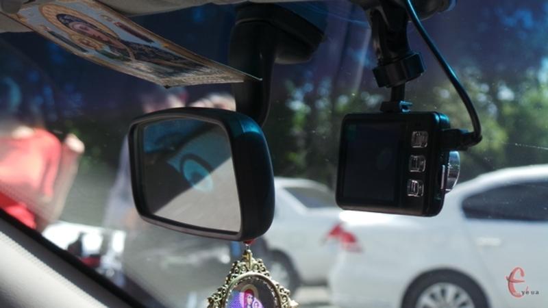 Автівки обладнали відеореєстраторами