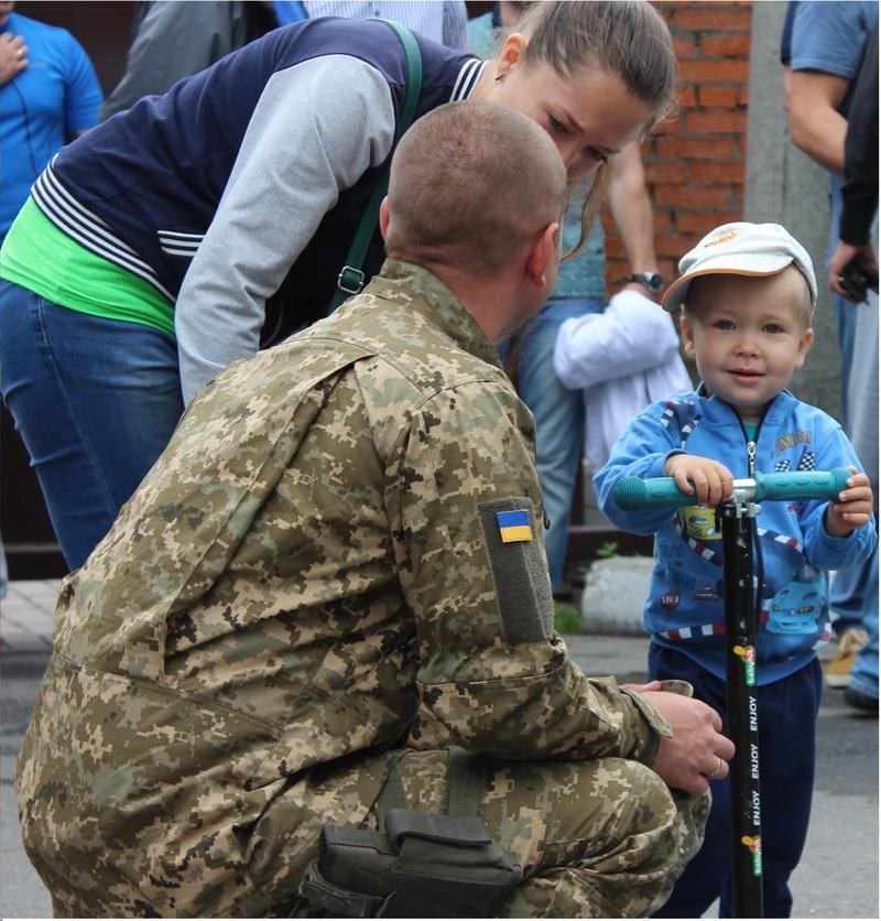 Провести хмельницьких оперативників у зону АТО прийшли родичі та близькі