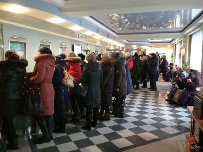 У «Хмельницькобленерго» кажуть, що стояти в чергах до їхнього офісу не потрібно. Фото: автора