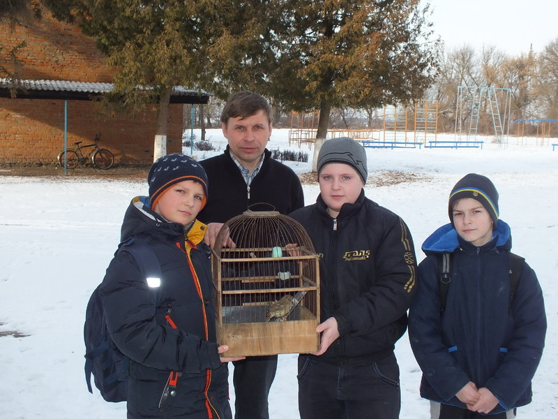 Голосківські школярі залюбки разом з учителем досліджують життя птахів.