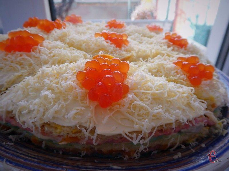 За бажанням можна прикрасити закусочний тортик червоною ікрою - тоді страву не гріх і до будь-якого святкового столу подавати.
