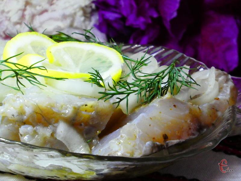 Такий рецепт приготування домашнього оселедця з річкової риби вирізняється своєю ніжністю, соковитістю та витонченим пряним смаком.
