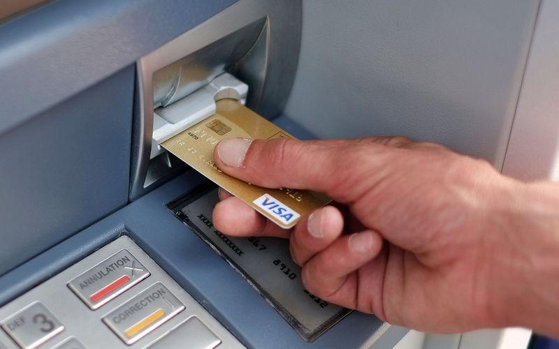 Шахрай двічі зняв гроші з банкомату, маючи пін-код від картки власника