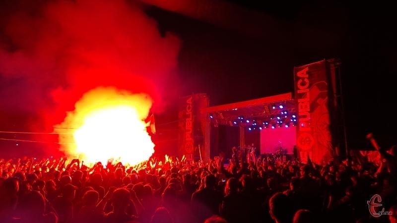 Палаючий вогонь у натовпі виглядав ефектно