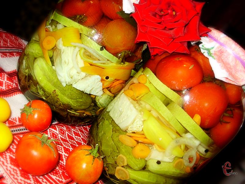 Зручність та принадність цього рецепту полягає в тому, що ви завжди самі можете вирішувати які та скільки овочів має бути в кожній баночці.