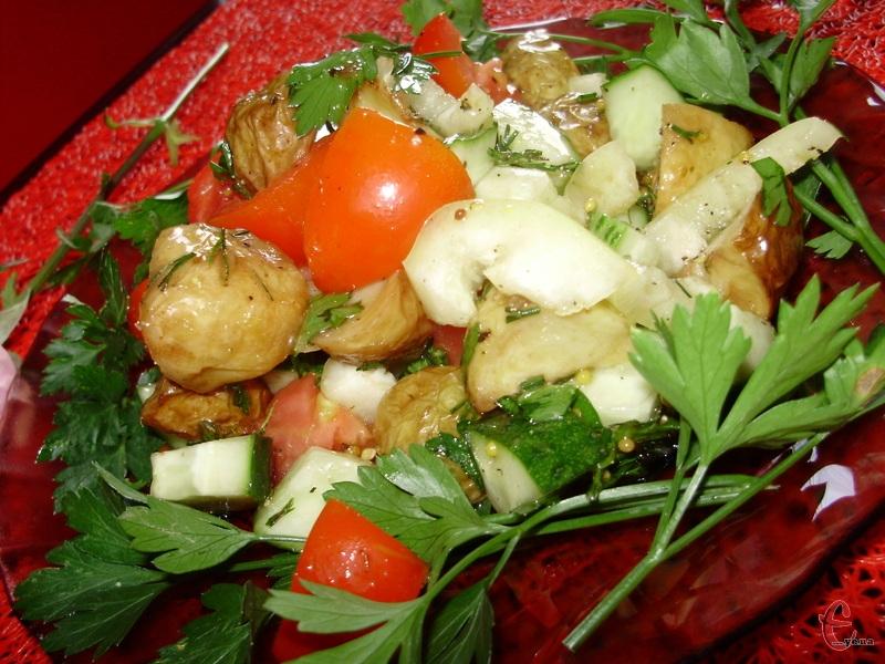 Цей овочевий салатик ситний, смачний та красивий. А ще мені дуже сподобалася заправка.