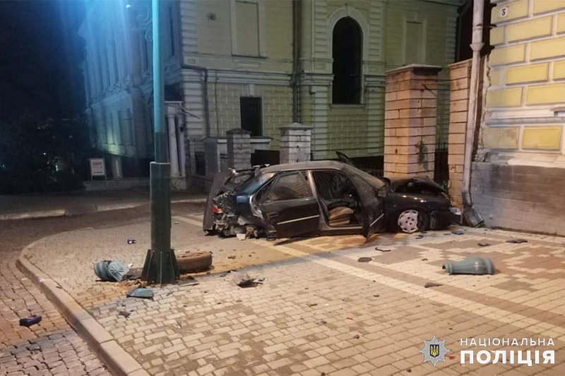 У Кам'янці-Подільському водій у стані алкогольного сп'яніння в'їхав у будівлю міської бібліотеки