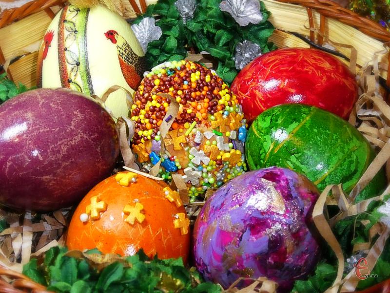 Кожен з п'яти способів фарбування великодніх яєць ми випробували на собі, тому з упевненістю можемо сказати: вийде й у вас!