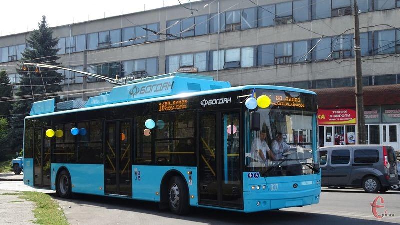 Колір тролейбуса обирали відповідним до кольору бренду міста