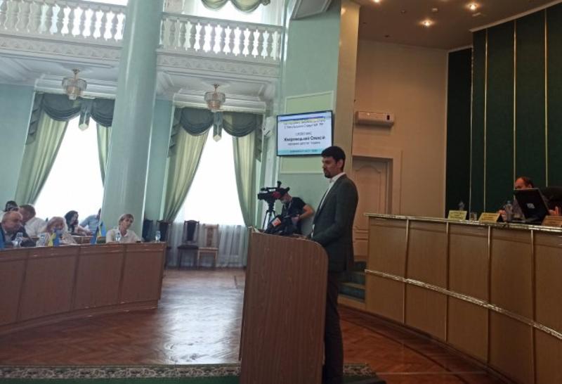 Олексій Жмеринецький: Те, що в проєкті зараз поки що, районів п\'ять, то це через те, що декілька депутатів від опозиції шантажують правлячу більшість.