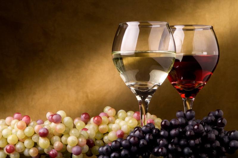 Часом буває, що, відкоркувавши пляшку вина, ви так і залишаєте її недопитою. Але це не привід виливати залишки у раковину, адже їм можна знайти інше застосування.