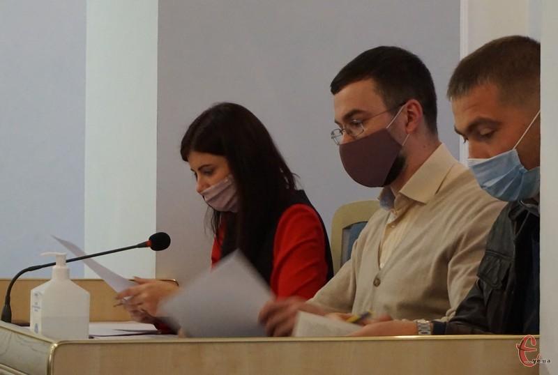 Віталій Афадєєв (на фото посередині) каже, найчастіші помилки у протоколах - виправлення
