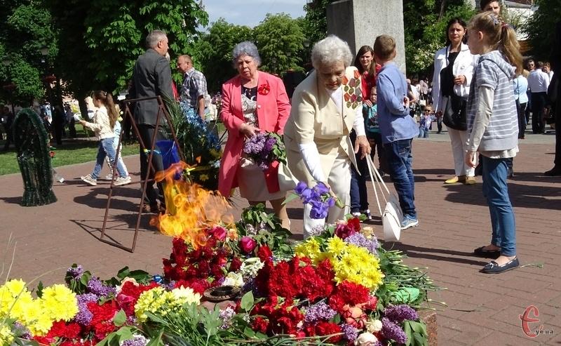До Вічного вогню хмельничани поклали квіти