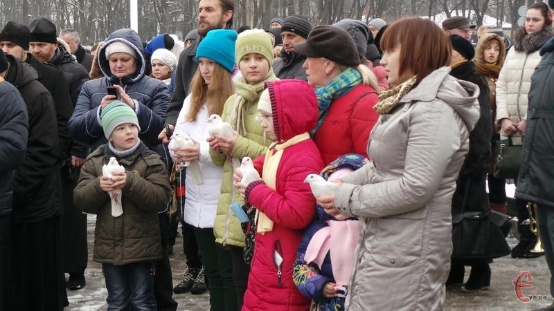 Голуби Миру у Пам'ять Небесної Сотні випустили діти
