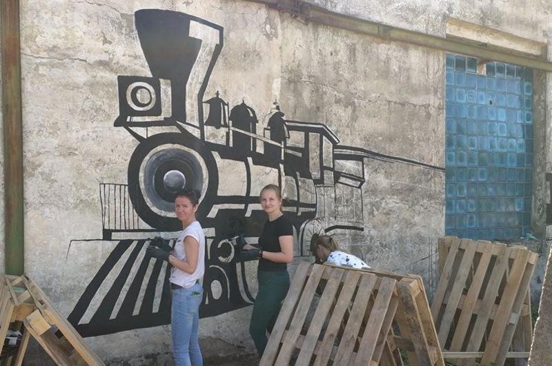 До відкриття активісти створюють стінопис із зображенням потяга, у якому пересувався штаб УНР
