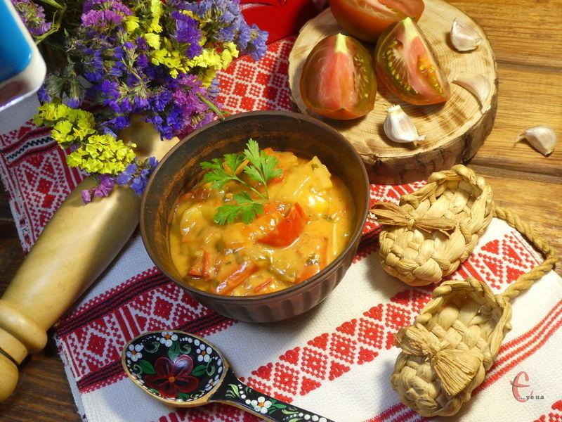 Соковиті, злегка хрусткі овочі в сметанному соусі можуть бути самостійною стравою або ж гарніром.