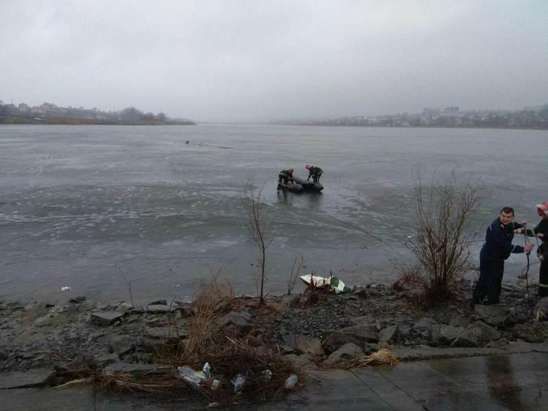 Щоб врятувати чоловіка, рятувальникам довелося підбиратися до нього на гумовому човні