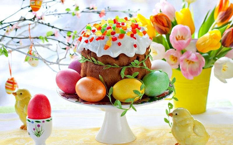 Тісто, з якого готується паска — дріжджове. Однак, воно відрізняється від звичайного тим, що для його приготування потрібно більше жиру та яєць.