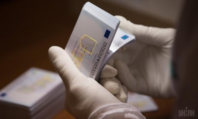 Паспорт видають вже у вигляді ID-картки