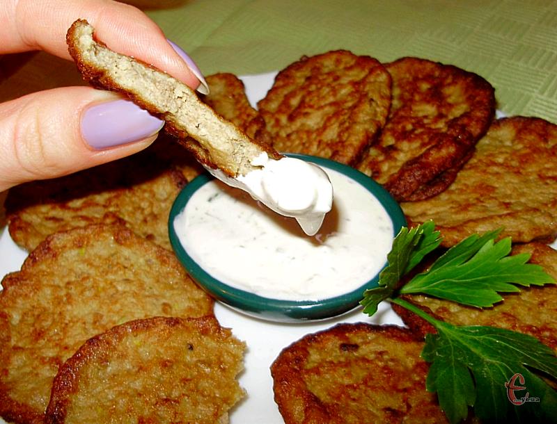 Такі оладки можна вживати не лише із соусом та улюбленим гарніром, але й у складі бутербродів.
