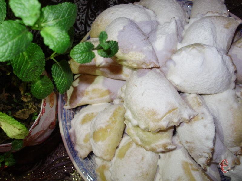 Ніжне, розсипчасте тісто й ароматна в міру солодка начинка! Продукти звичайнісінькі, а результат несподівано розкішний!