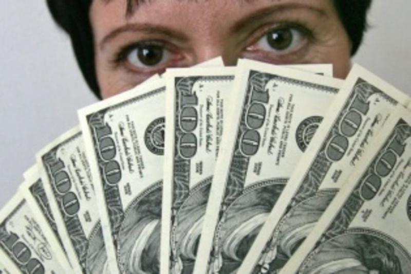 За вісім сувернірних купюр з зображенням 100 доларів жінка віддала 16 тисяч гривень