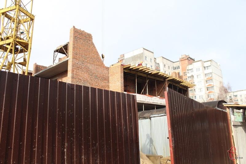 Попри припис про призупенення будівництва, люди кажуть, що будинок будується. Забудовник... не зміг приїхати на об'єкт, щоб показати як багатоповерхівку не будують