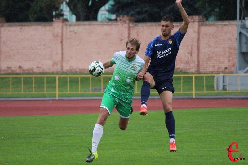 Руслан Буряк (у синій формі) у черговому матчі Іскри забив у ворота Случа два голи