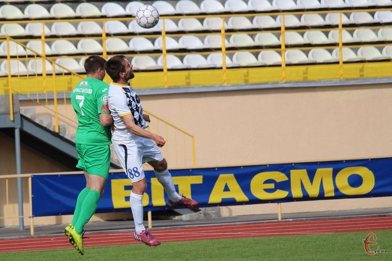 Гол Андрія Яремчука (в білому) приніс перемогу хмельничанам над МФК Славута