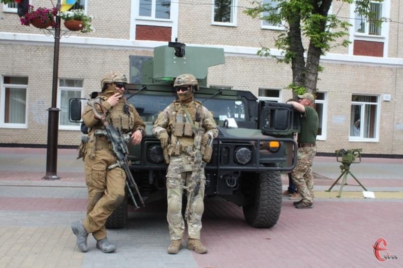 На майданчику біля кінотеатру імені Т. Шевченка демонстрували військову технітехніку