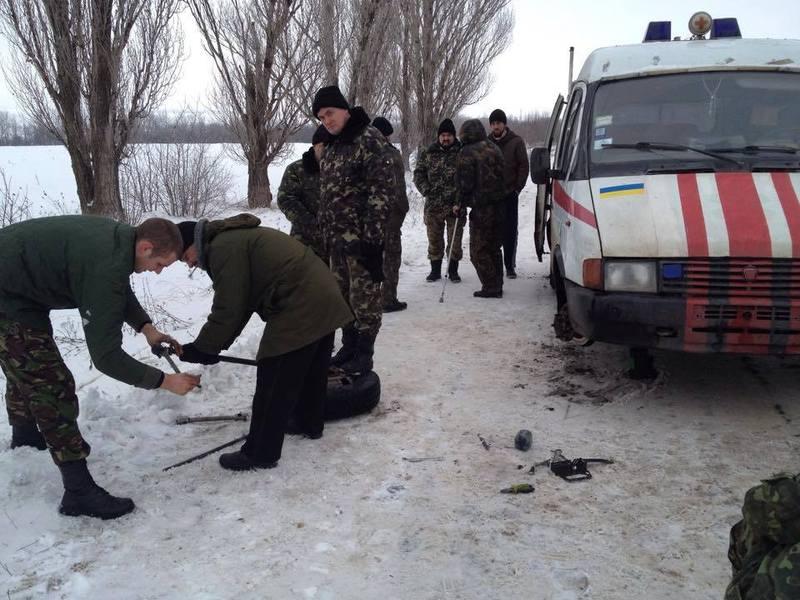 На цьому фото Михайло і Анатолій ремонтують швидку, яка зламалась на шляху до госпіталя. Поранені чекають...