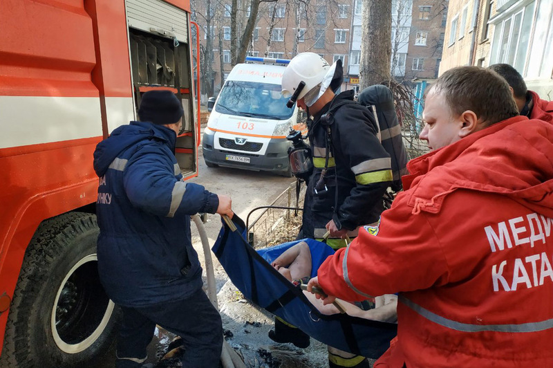 Під час пожежі в одній із квартир багатоповерхівки вогнеборці із полум'я врятували жінку