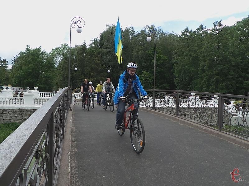 Збирались велосипедисти в парку біля моста