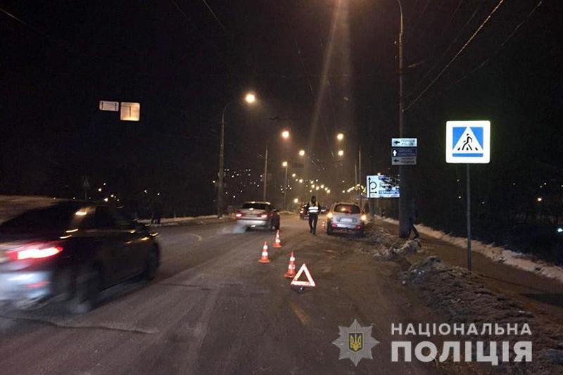 У Хмельницькому водій позашляховика на пішохідному переході скоїв наїзд на 27-річну жінку