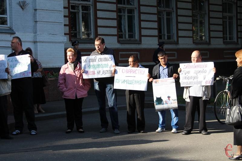 Біля Хмельницької міської ради сьогодні, 23 вересня, одразу ж три акції протесту
