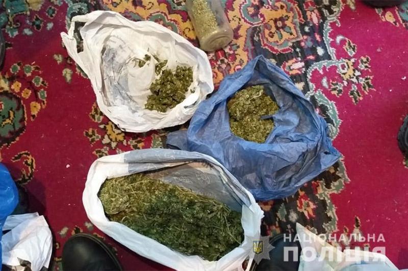 На Хмельниччині поліцейські затримали чоловіків, яких підозрюють у збуті наркотиків
