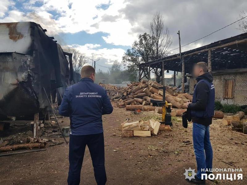На території цеху здійснювалось випалювання, складування та фасування деревного вугілля