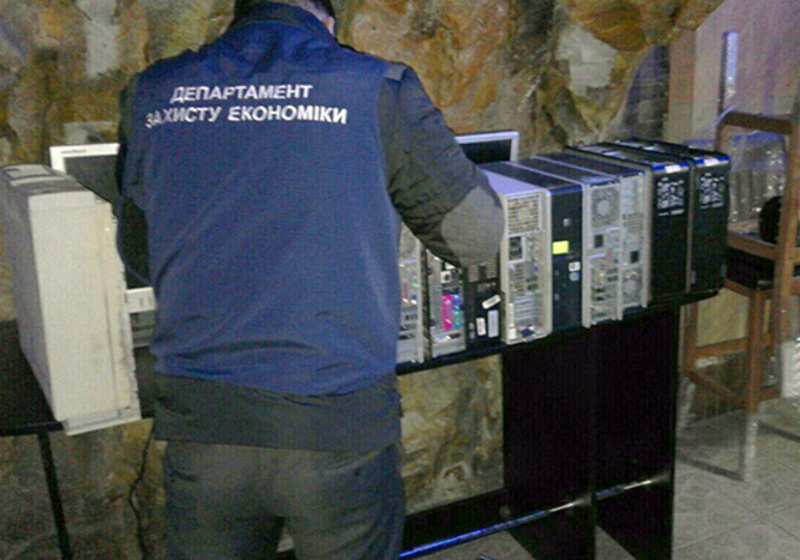 Під час обшуку правоохоронці вилучили 17 комп'ютерів