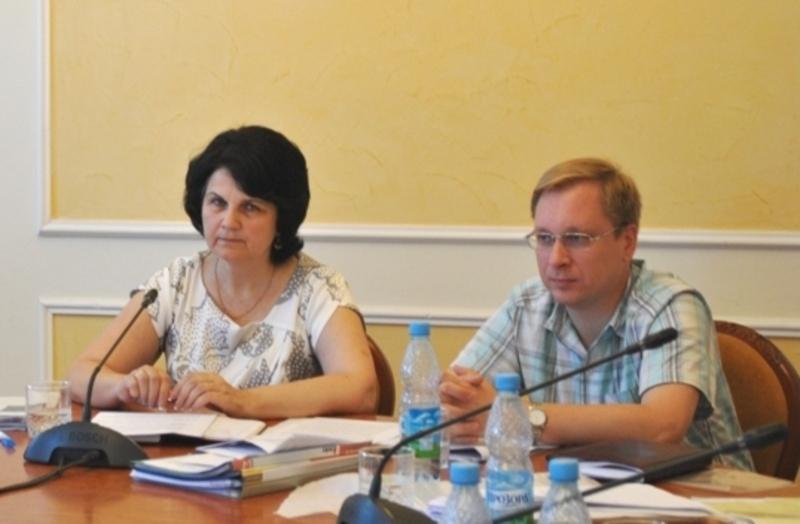 Неоніла Андрійчук та Віталій Шишко, разом із іншими членами комісії, заслухали учасників конкурсу, які претендують на керівні посади в госпрозрахункових комунальних підприємствах