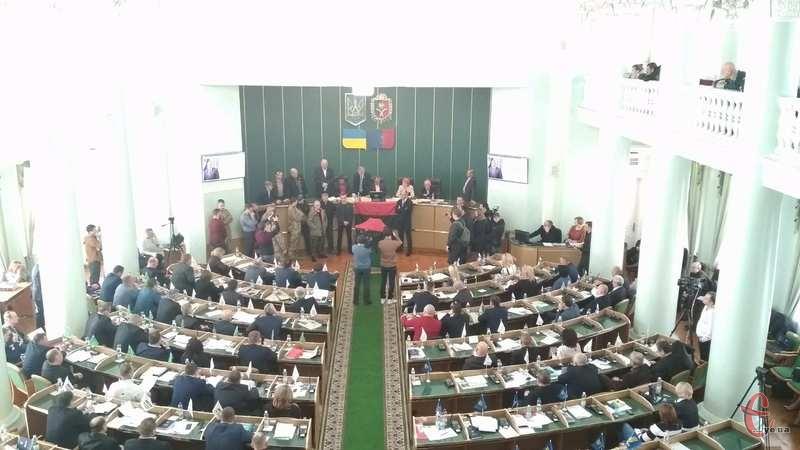 Депутати від фракції «Свобода» разом із учасниками АТО заблокували трибуну