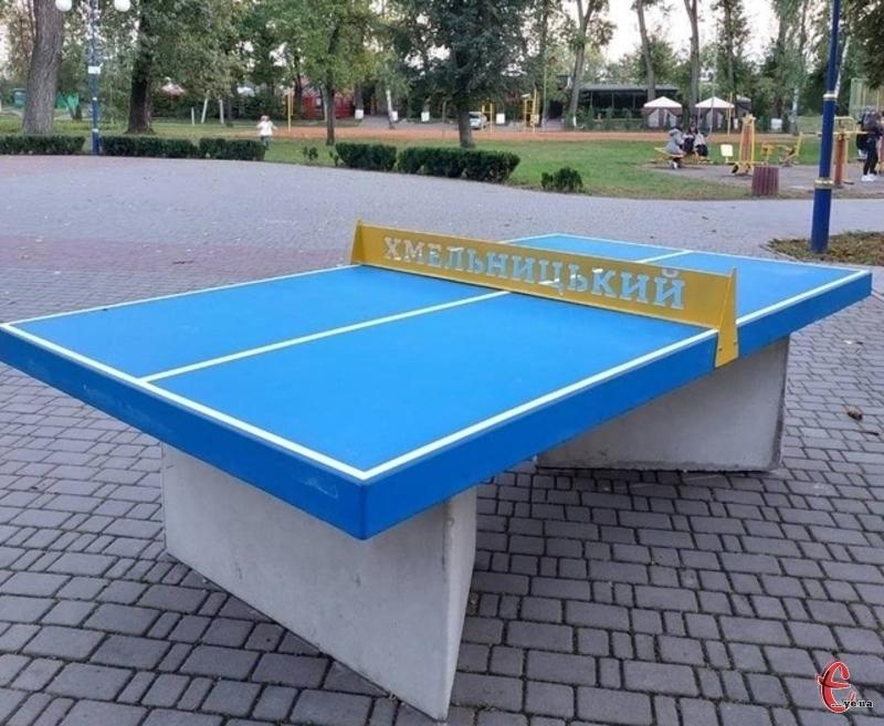 Такі тенісні столи виготовлені з бетону і важать близько півтори тонни