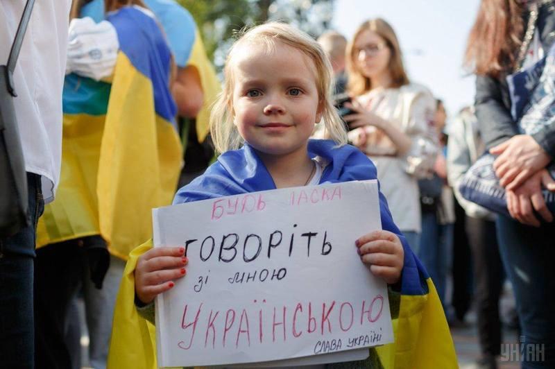 Очікуючи голосування за доленосний законопроект, під стінами парламенту зібралося чимало українців з гаслами на підтримку державної мови